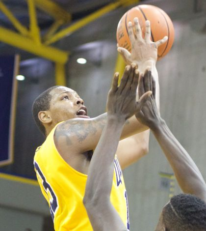 Men's basketball falls to Manhattan 63-59