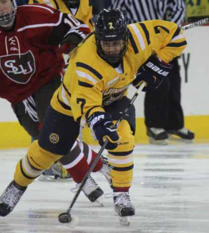 Women's ice hockey defeats St. Lawrence 2-1