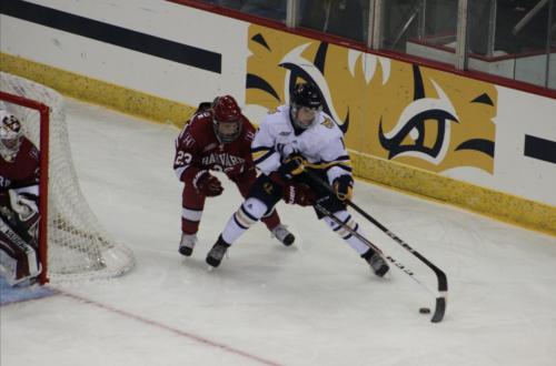 Quinnipiac women's ice hockey downs Harvard, 2-1